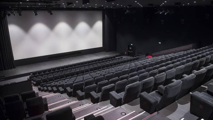 Aus den Branchen Events, Gastronomie und Tourismus kommen am meisten Anträge für Kurzarbeit. Seit dieser Woche nimmt die Zahl auch bei Dienstleistungsunternehmen wie Coiffeuren zu. Im Bild ist ein leerer Kinosaal in Locarno zu sehen.