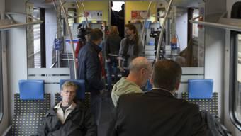 Welchen Sitz belegt man in einem Viererabteil, in dem bereits ein Reisender Platz genommen hat?