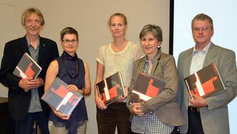 Christof Schelbert, Irene Amstutz, Karola Dirlam, Luisa Bertolaccini, Peter Kaiser mit dem Fotobuch.