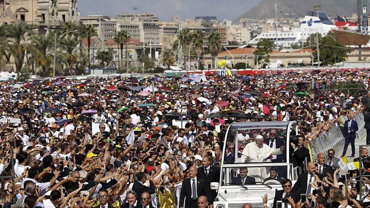 Zehntausende begrüssen Papst Franziskus vor der Messe in Palermo.