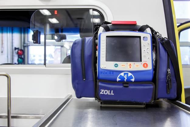 Der Defibrillator, der viel mehr kann: Das EKG wird schon von unterwegs an den Kardiologen übermittelt.