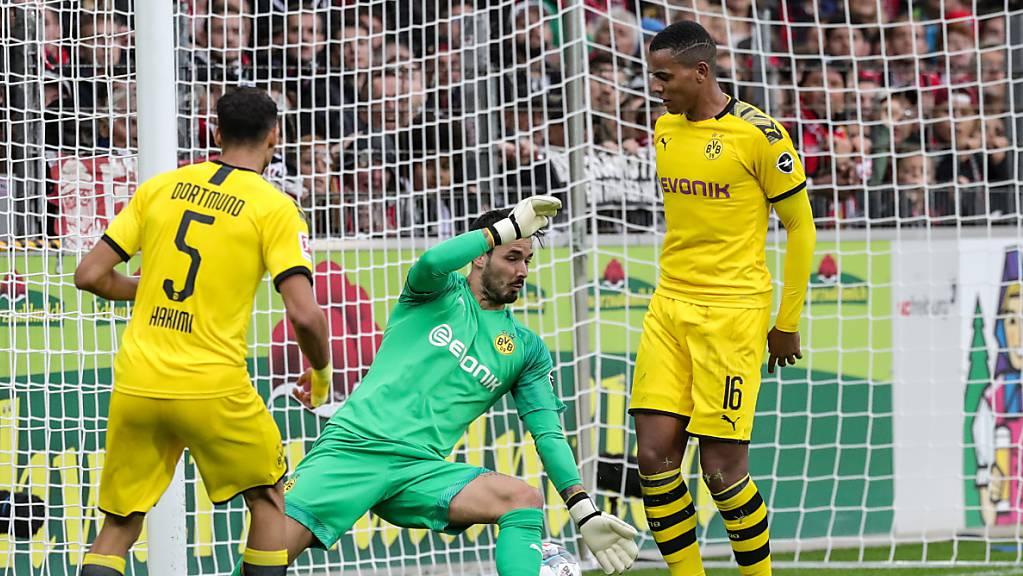 Borussia Dortmund und insbesondere Manuel Akanji (rechts) erleben in Freiburg einen schwarzen Nachmittag.