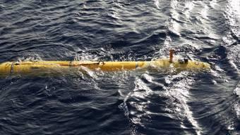 Bluefin-21 taucht nach einem Einsatz an der Wasseroberfläche auf