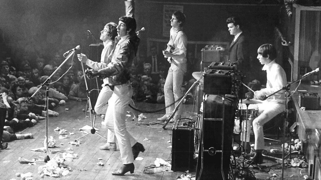 ARCHIV - Die britische Rockband The Who, Roger Daltrey (l-r), Pete Townshend, John Entwistle und Keith Moon (r) geben ein Konzert - eine Gitarre liegt auf dem Boden. Foto: Erik Petersen/dpa