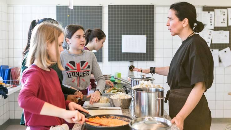 Claudia Casarramona (rechts) ist seit bald 30 Jahren Hauswirtschaftslehrerin in Lenzburg.