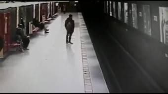 In Mailand retten Student und eine Metroangestellte einen kleinen Jungen vor einem nahenden Zug. Jetzt werden sie in ganz Italien als Helden gefeiert.