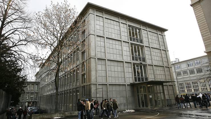 Am Realgymnasium (heute Gymnasium Kirschgarten) wurde die Lehrerschaft 1968 von einem Schüler-Manifest provoziert.
