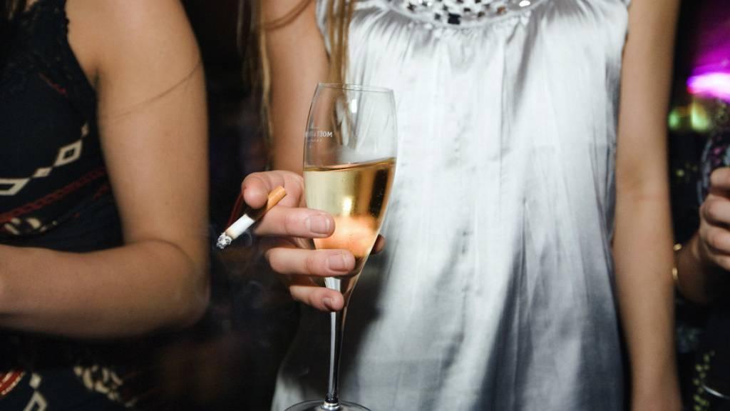 In Spanien feierten zahlreiche junge Menschen trotz Corona-Pandemie auf einem Uni-Gelände verbotenerweise eine Party im grossen Stil. (Symbolbild)