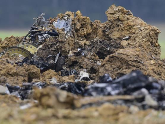 Der Pilot wird verletzt. Im Bild die Trümmer des abgestürzten Kampfjets.