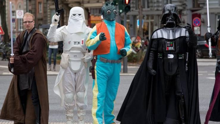 """Auf den Strassen der Metropolen - hier in Hamburg - ist die Macht schon erwacht. Welturaufführung von """"The Force Awakens"""" ist morgen Montag."""