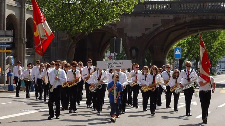 Die Jugendmusik Solothurn beim grossen Festumzug durch Zürich