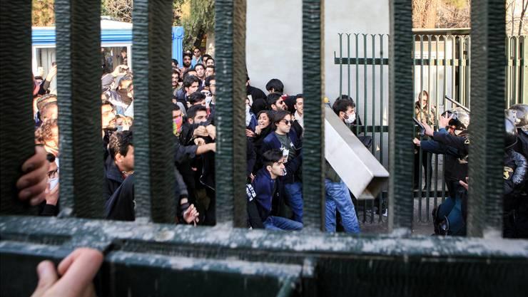 Studenten an der Universität von Teheran liefern sich Gefechte mit der Polizei: In 70 iranischen Städten gehen inzwischen die Menschen die Strasse.