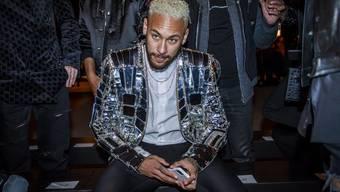 Der Glanz der Glitzerohrringe und Glitzerjacken scheint Fussballer wie Neymar zu verblenden.