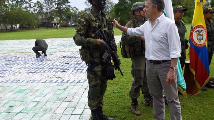 Der kolumbianische Präsident Juan Manuel Santos (rechts) dankt Sicherheitskräften seines Landes für einen grossen Drogenfund.
