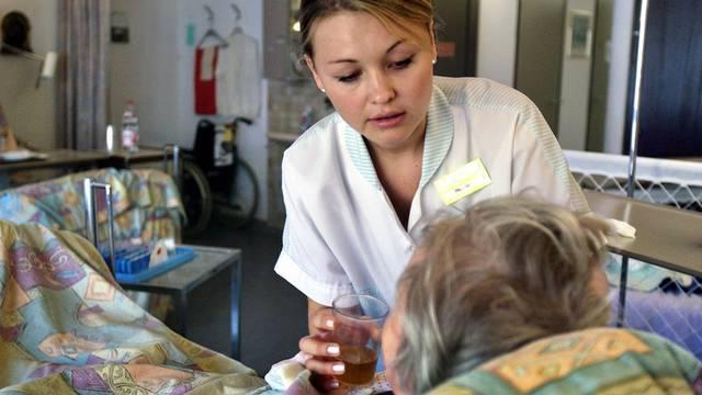 Die Pflege von chronischkranken Menschen sollte verbessert werden (Archiv)