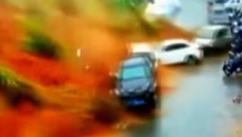 In China ist eine Lawine aus Schlamm und Geröll auf eine Strasse gedonnert. Sie riss alles mit, was ihr im Weg war. Und auch andere Regionen in China sind von den starken Regenfällen gezeichnet worden.