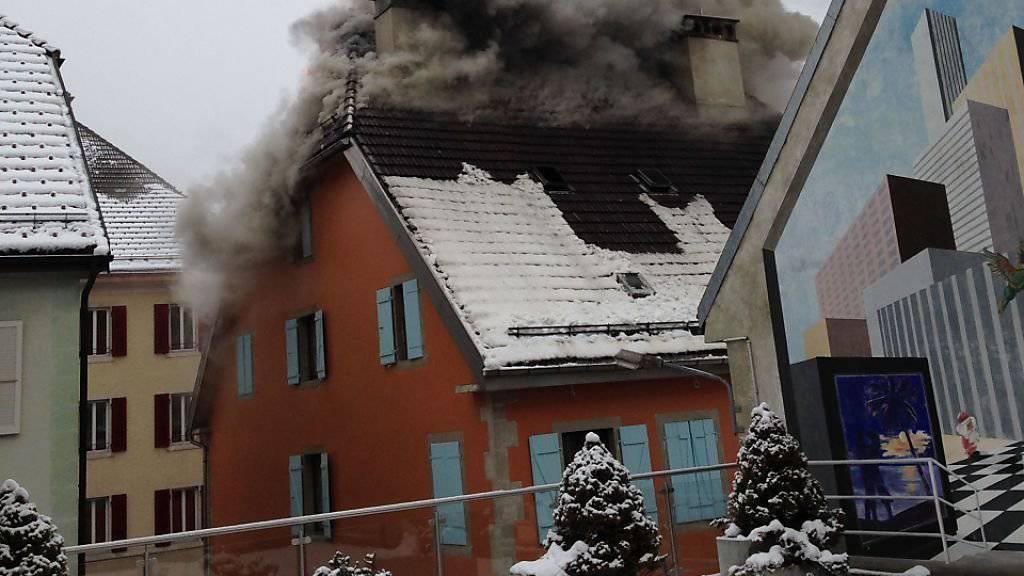 Die Brandursache blieb am Dienstag noch unklar und wird nun von Experten der Neuenburger Polizei untersucht.