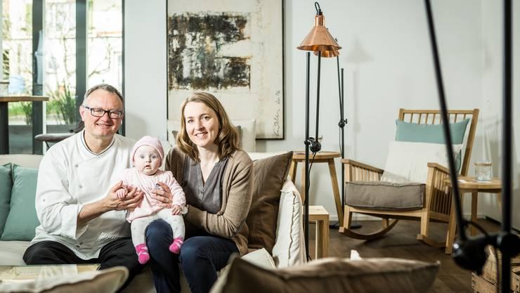 Silvana und Albi von Felten mit ihrer vier Monate alten Tochter Josephine in der Kamin-Lounge im Erdgeschoss des Hotels.