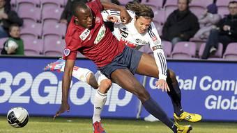 Servettes Issaga Diallo (l.) und Dario Lezcano kämpfen um den Ball.