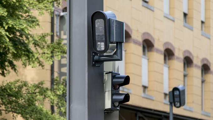 Am Kandelaber in der Strassenmitte ist ein Blitzer installiert.