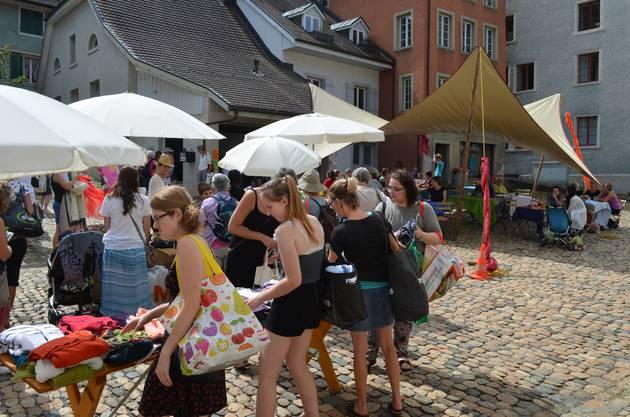 Brugger Hofstatt: Die Kleider werden auf Tischen oder an Garderobenstangen rund um den Hofstattbrunnen präsentiert.