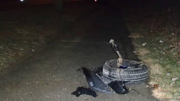 Durch die Kollision mit dem Betonsockel wurde ein Rad des Fahrzeugs abgerissen.