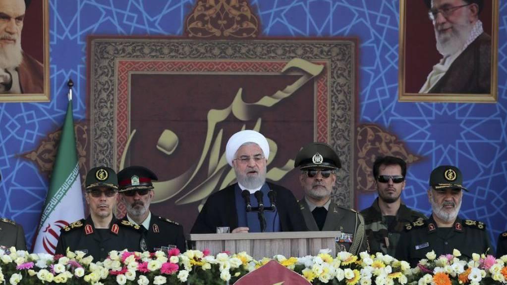 Ruhani spricht an der Militärparade anlässlich des 39. Jahrestags des Beginns Iran-Irak-Krieges.