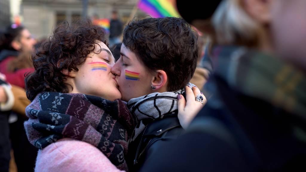 Sie kämpfen mit Küssen für ein Ja zur Anti-Rassismus-Strafnorm