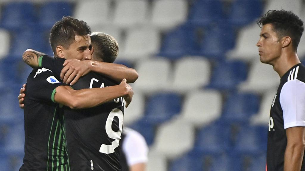 Sassuolos Torschützen Filip Djuricic (links) und Francesco Caputo feiern ihren Punktgewinn gegen Cristiano Ronaldos Juventus.