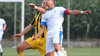 Kopfballduell zwischen Vuceljic (gelb) gegen Parente (FCL, weiss).