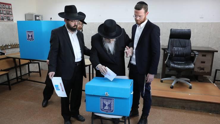 Orthodoxe Juden an einer Wahlstation in Jerusalem ihre Stimmen ab.
