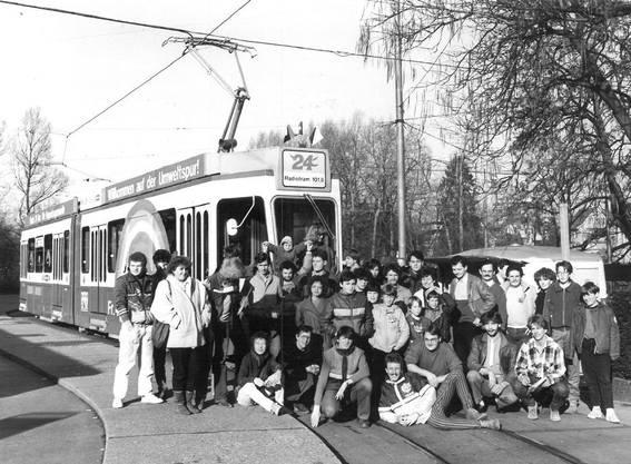 Ein Gruppenbild vor dem Radio 24-Tram in Seebach, 1984