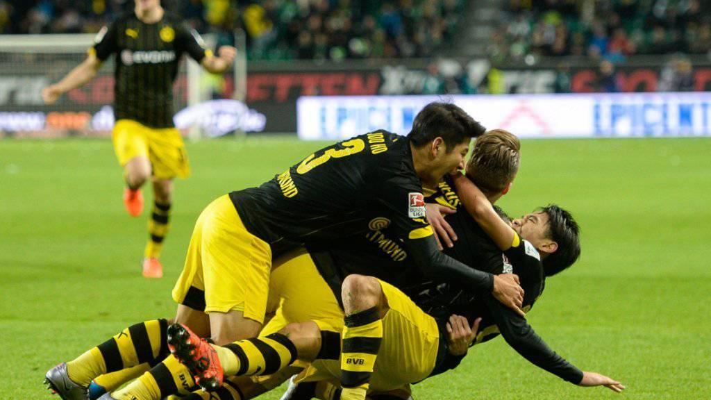 Die Dortmunder feiern einen Treffer von Shinji Kagawa (rechts). (Archivbild)