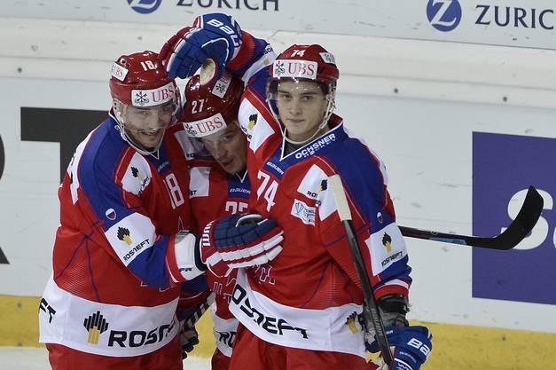 Sergei Fedorov, Igor Grigorenko and Nikolai Prokhorkin bejubeln das erste ZKSA-Tor.