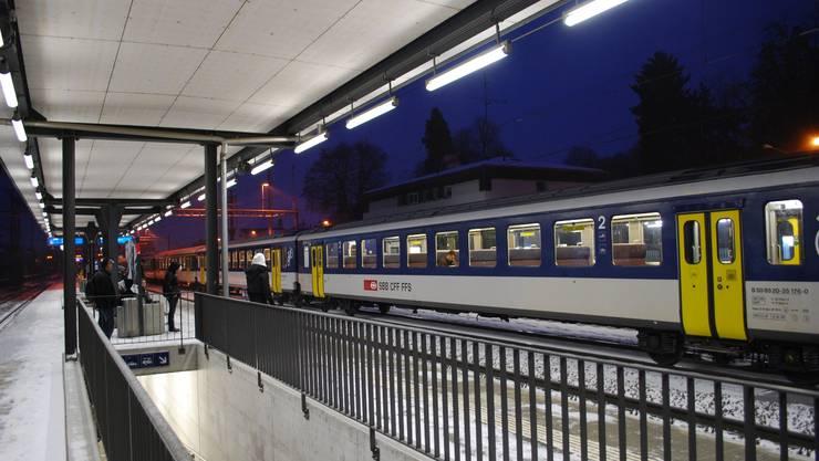 Bahnhof Muri: Pendler nehmen für den Arbeitsweg den Zug. (es)