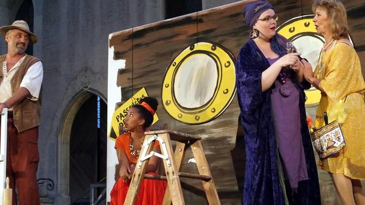 Noah und Tochter Jasepha sind sich uneinig, derweil unterhält sich Gattin Haikal mit dem Teufel Natas -  im Stück eine Frau mit violetten Wallewalle-Kleidern.
