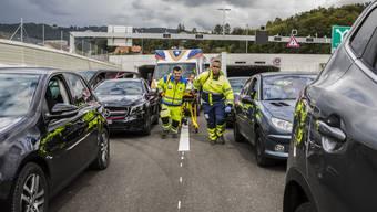 Initiator Pascal Rey (rechts) und Kollegen stellen für ihre Kampagne eine brenzlige Situation auf der Autobahn in Biel nach.