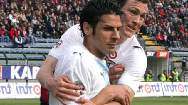 Stephan Lichtsteiner (hinten) feiert 1:0-Torschütze Sergio Floccari