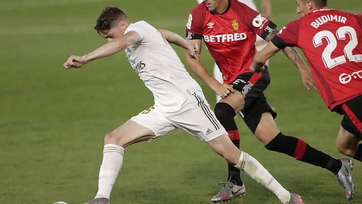 Reals Federico Valverde (links) setzt sich gegen zwei Mann durch