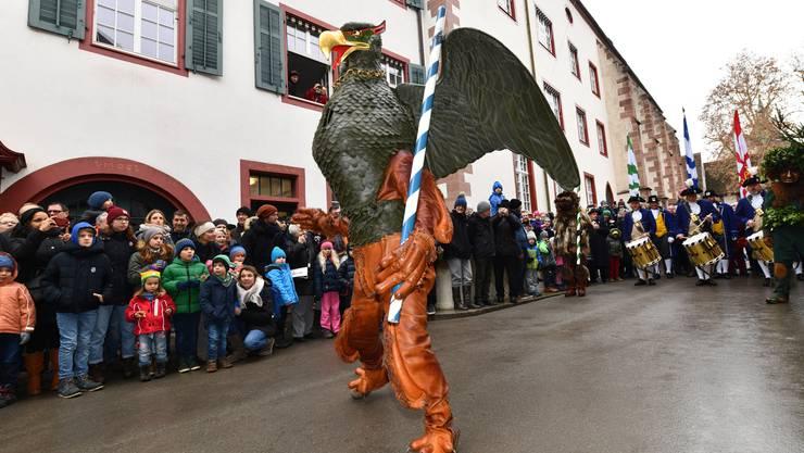Der Vogel Gryff hat am Samstag in Basel tausende Schaulustige angelockt.