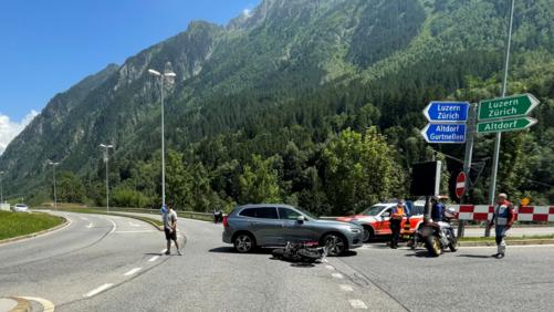 Motorradfahrer verletzt sich bei Kollision mit Auto
