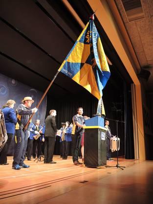 Tobias Mathys (Präsident TVV) mit neuer Fahne