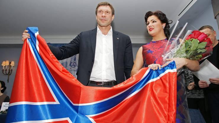 Die russische Opernsängeirn Anna Netrebko posiert mit dem Separatistenführer Oleg Tzarev und einer Fahne für «Neurussland».