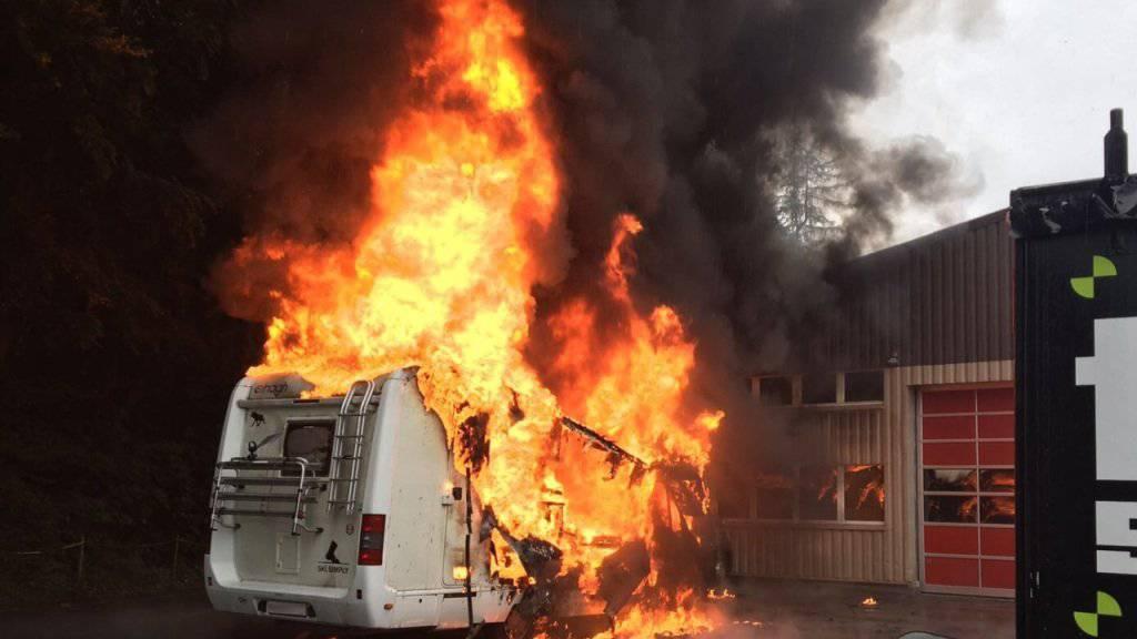 Am Sonntagnachmittag ist auf einem Parkplatz bei Interlaken ein Wohnmobil komplett ausgebrannt.