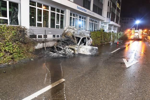 Spuren der Zerstörung: Das Auto war heftig in diese Schallschutzwand geprallt.