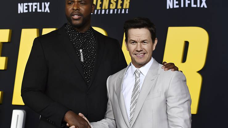 """Netflix drosselt die Datenübermittlung in Europa. Im Bild: Winston Duke (l.) und Mark Wahlberg, die im Netflix-Film """"Spenser Confidential"""" mitspielen. (Symbolbild)"""