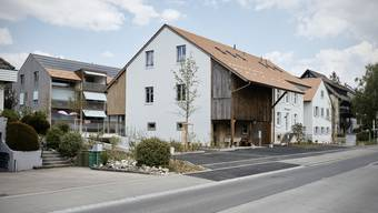 Drei Wohnungen im umgebauten Biel-Benkemer Bauernhaus sind noch zu haben, die Neubauten dahinter sind belegt.