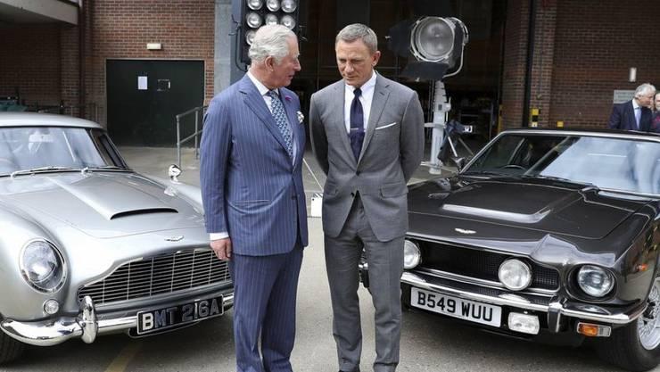 Prinz Charles (l) hat am Donnerstag die Londoner Pinewood-Filmstudios besucht, in denen derzeit der 25. James-Bond-Film gedreht wird. Er unterhielt sich dabei mit 007-Schauspieler Daniel Craig (r).