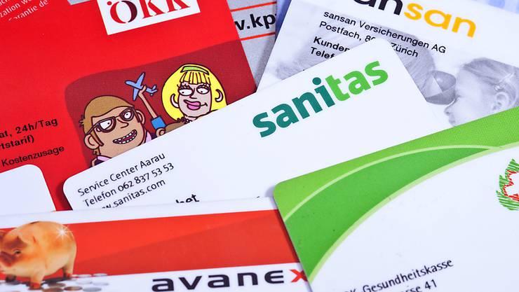 Ein Anbieterwechsel bei gleichem Modell verspricht ein Sparpotenzial von 455 Franken im Jahr:  Versicherungskarten verschiedener Krankenkassen.
