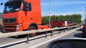 Ein Sattelschlepper sorgt für Verkehrsbehinderungen.